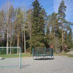 Kevään tullen Jalkapallokenttä ja trampoliini kasataan.